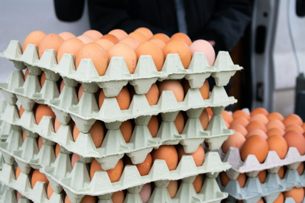 Eieren op de boerenmarkt, foto Eric Hulsens